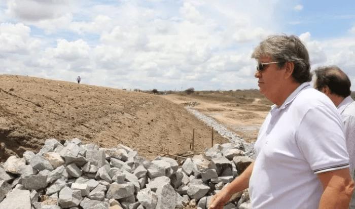 Sem holofotes ou comitiva, governador João Azevêdo visita Transparaíba em Boqueirão
