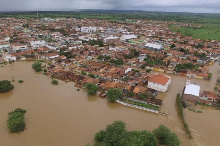 Barragem se rompe e alaga cidades no norte da Bahia
