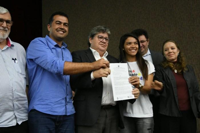 João Azevêdo libera bolsas para jovens da Zona Rural que beneficia região do Cariri