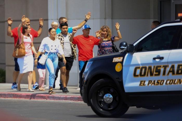 Tiros deixam mortos e feridos em centro comercial no Texas, EUA