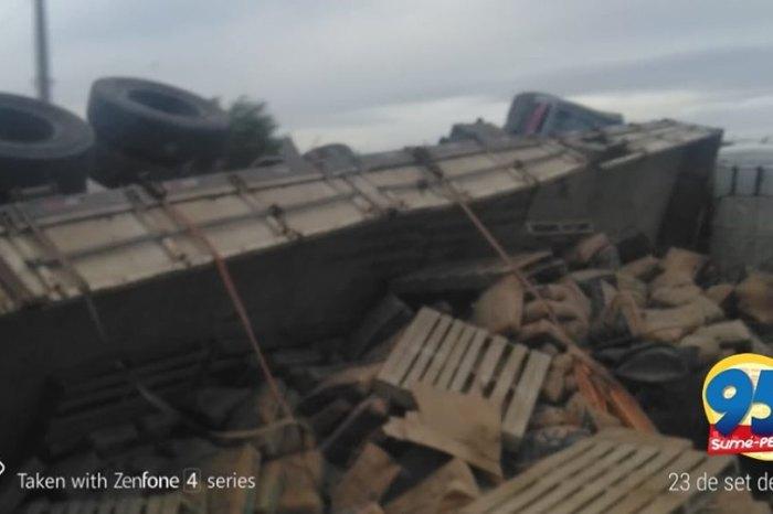 Motorista perde controle e tomba carreta na região do Cariri paraibano