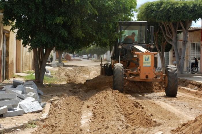 Prefeitura de Monteiro inicia mais obras de pavimentação pelos bairros da cidade