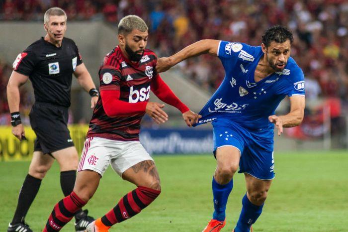 Flamengo sofre, mas vence e não larga a liderança