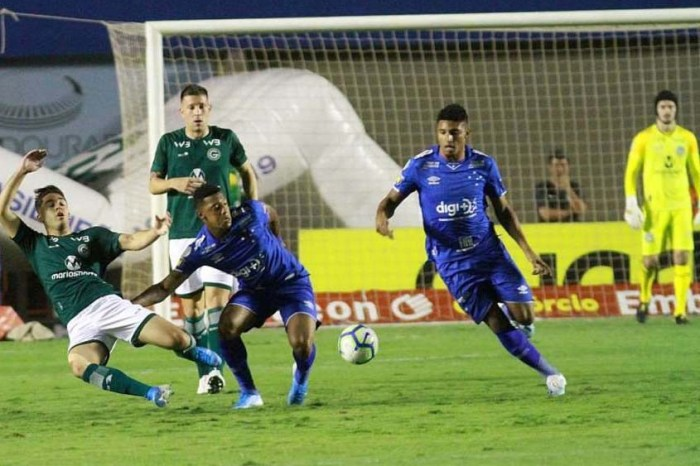 Goiás vence em casa e aumenta a crise do Cruzeiro na estreia de Abel