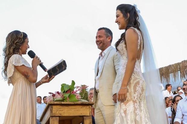Em Fernando de Noronha, Malvino Salvador e Kyra Gracie se casam