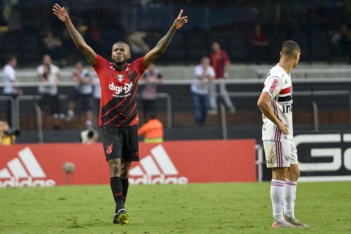São Paulo perde para o Athletico-PR e fica mais longe do G-4