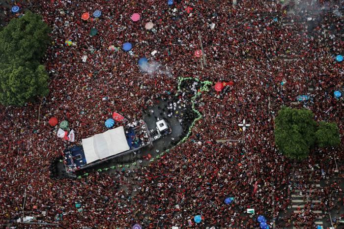 Flamengo é recebido por multidão em retorno ao Rio de Janeiro
