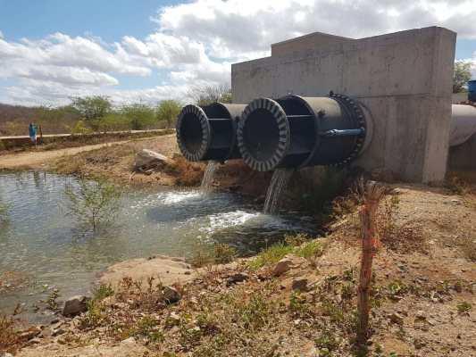 TRANSPOSIÇÃO: Açude de Poções atinge nível e águas seguem para o açude de Camalaú