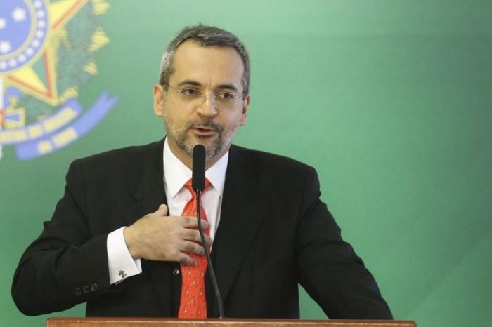 Ministro retuíta post que chama Bolsonaro de traidor e depois apaga
