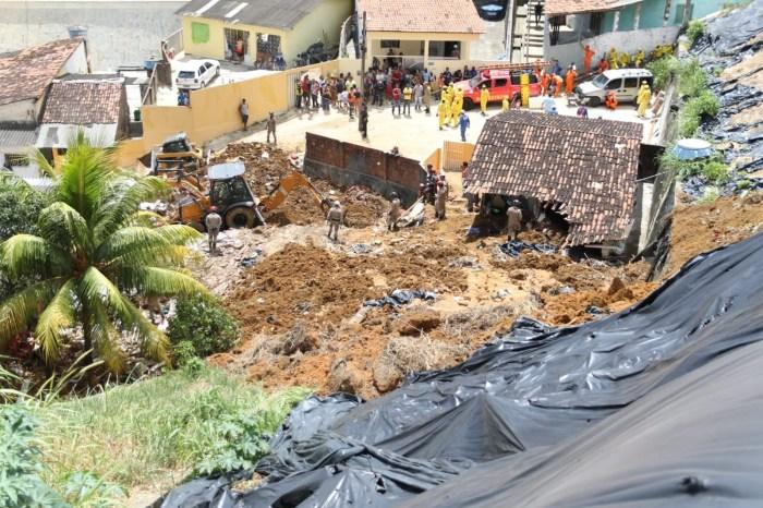 Deslizamento de barreira no Recife deixa sete mortos