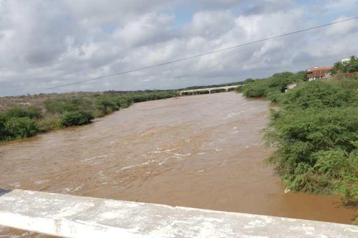 MOÍDOS DA REDAÇÃO: Rio Taperoá amanhece com grande enchente após fortes chuvas no Cariri