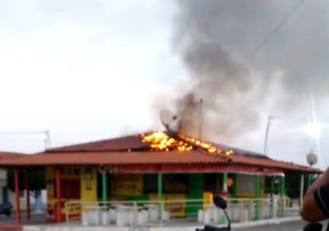Incêndio destrói quiosques no centro da cidade de São João do Cariri