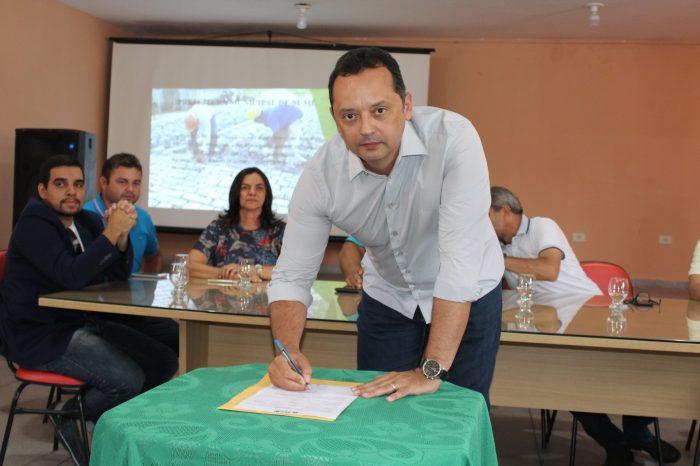 Éden Duarte assina ordem de serviço para calçamentos no Renascer e Conjunto Habitacional