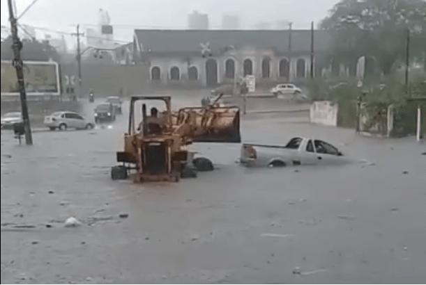 Dez minutos de chuva leva caos às ruas de Campina Grande