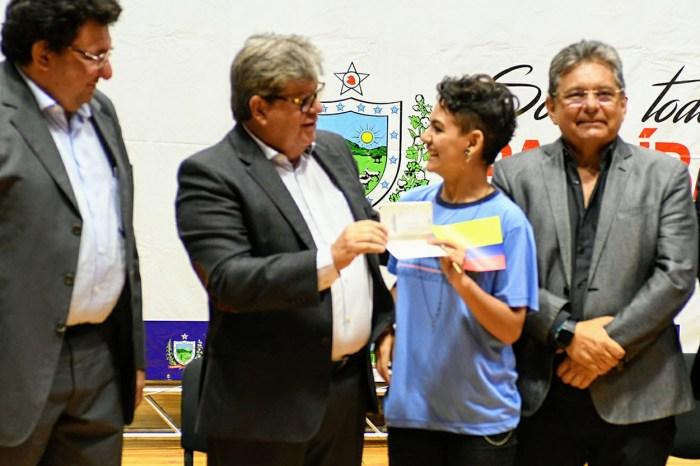 João participa do pré-embarque de alunos do Gira Mundo