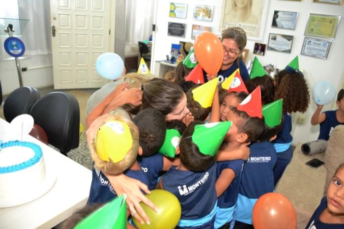 Alunos comemoram com a prefeita o aniversário de 1 ano do CEI Jackeline Santa Cruz