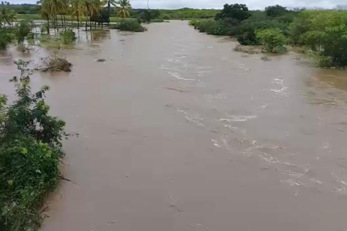 Volta a chover forte no Cariri e mais um açude da região começa a sangrar