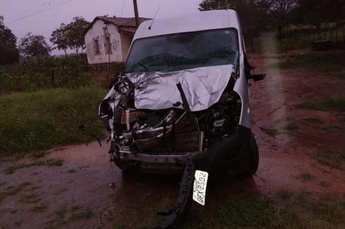 Animal na pista provoca acidente com van da Prefeitura de Monteiro