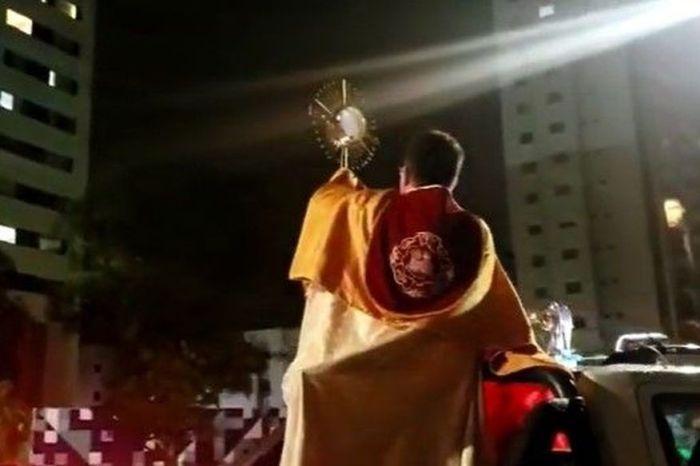 Padre sai pelas ruas de João Pessoa com Santíssimo exposto