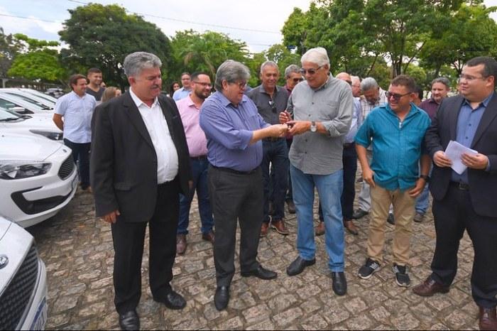 João Azevêdo entrega 25 veículos e fortalece ações da agropecuária