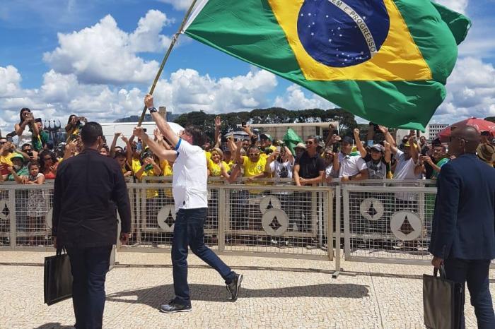Bolsonaro contraria crise do coronavírus e participa de ato