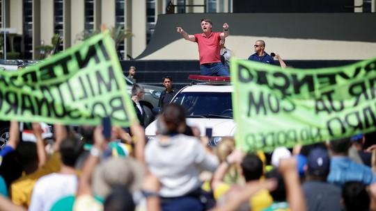 Bolsonaro discursa para manifestantes que pediam intervenção militar