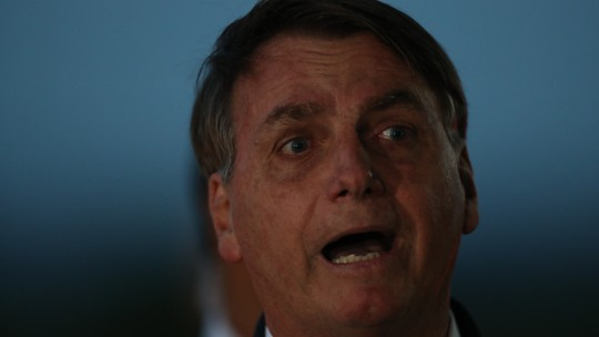 'Não sou coveiro, tá?', diz Bolsonaro ao responder sobre mortos
