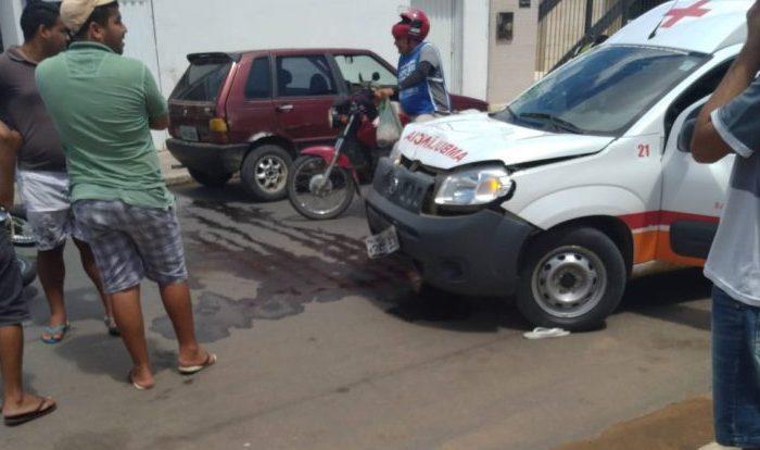 Em Boqueirão: homem empina moto e colide frontalmente com ambulância