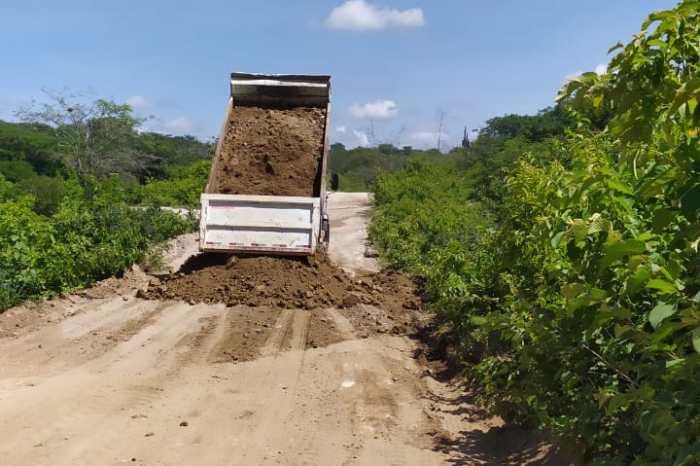Prefeitura Municipal de Sumé recupera estradas vicinais em áreas críticas no campo