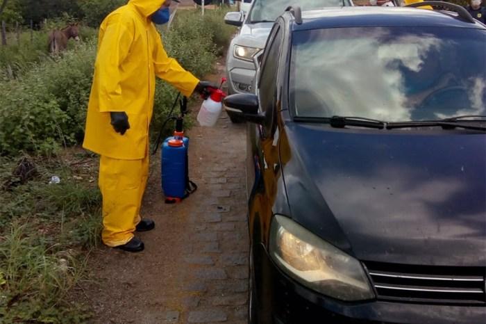 Barreiras sanitárias realizam desinfecção de veículos nas divisas da Paraíba