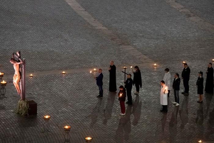 Sem fiéis, Papa celebra Via Crucis com médicos e enfermeiros