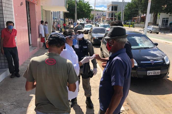 Prefeitura de Sumé segue com campanhas educativas e distribuição de máscaras no comércio