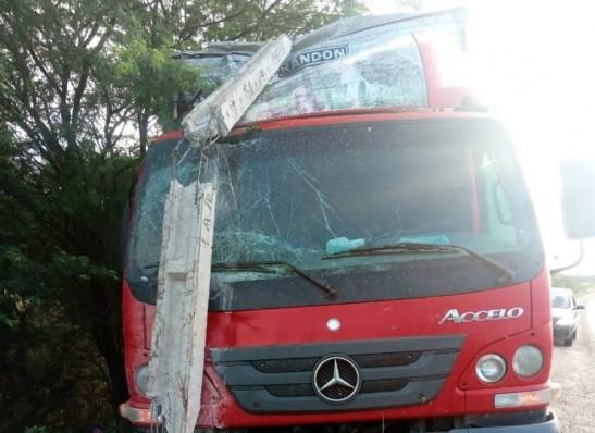 Motorista cochila ao volante e colide com poste na BR-412, em Serra Branca