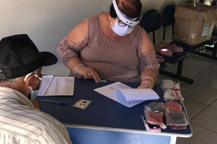 AssistênciaSocial de Sumé distribui máscaras de proteção para público do Bolsa Família