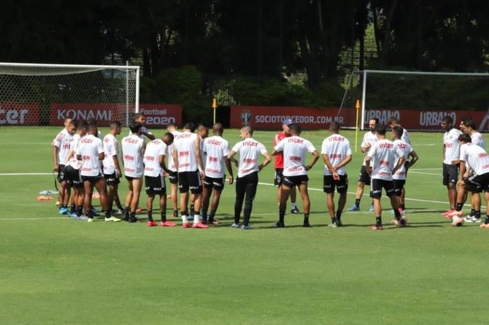 Jogadores do São Paulo reclamam de corte maior nos salários