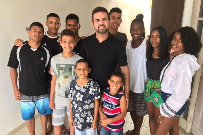 'Melhor sensação do mundo', diz pai que adotou 13 filhos