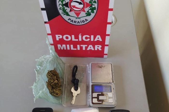 Polícia prende homem com mandado de prisão e apreende drogas em Monteiro