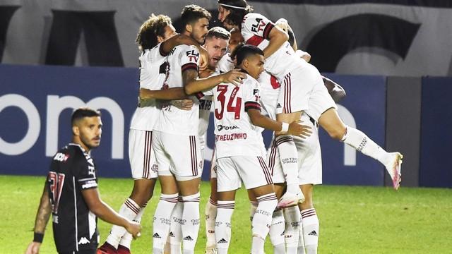 Flamengo vira sobre o Vasco, que tem gol anulado pelo VAR