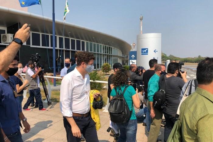 Salles sobrevoa áreas atingidas por queimadas no Pantanal