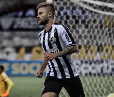 Atlético-MG goleia Flamengo e chega à vice-liderança do Brasileirão