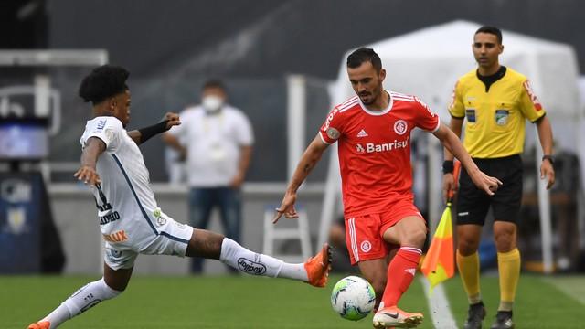 Santos supera desfalques e vence o Inter, que pode perder a liderança