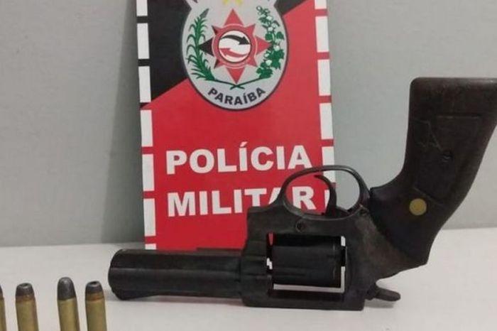 PM prende cinco suspeitos de praticar crimes e apreende armas na PB