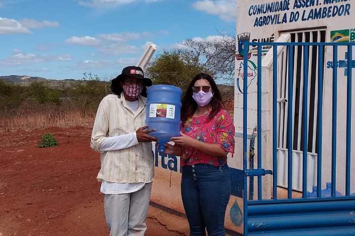 Prefeitura de Sumé faz a entrega de recipientes de água para moradores da Vila do Lambedor