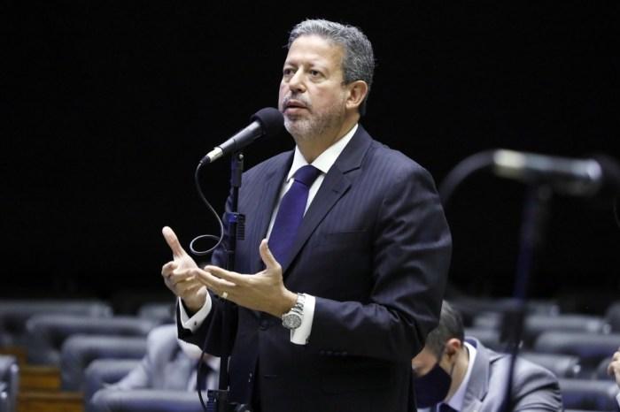 Lira isenta Bolsonaro de responsabilidade por mortes na pandemia