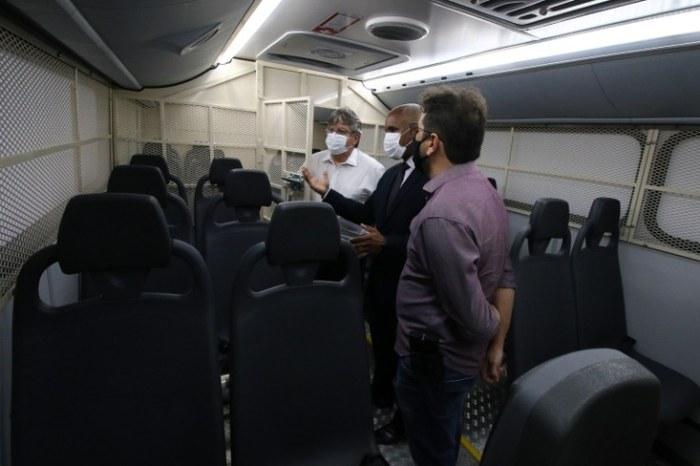 João Azevêdo realiza entregas no sitema prisional e recebe presente de detentos do Cariri