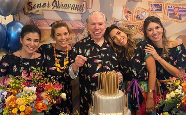 De pijama, Silvio Santos celebra aniversário de 90 anos em família
