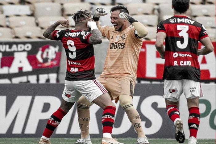 Flamengo goleia garotada do Santos e segue na caça ao líder