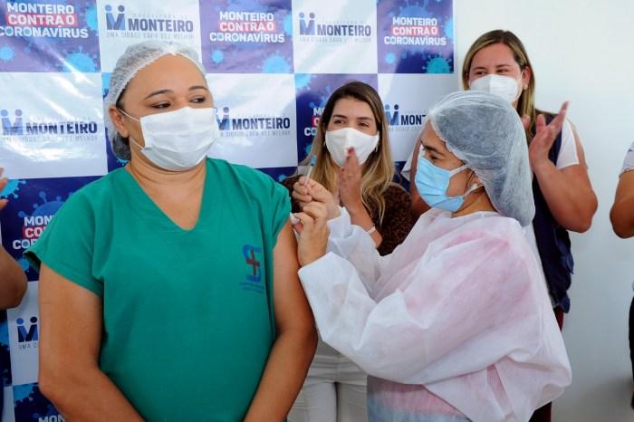Enfermeira do HRSF é a primeira a receber a vacina contra a Covid em Monteiro