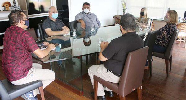 Reitora da UEPB recebe prefeito de Gurjão e discute implantação de projetos no município