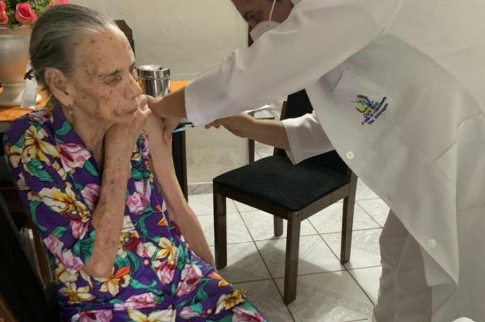 Em Ouro Velho: Primeira idosa vacinada possui 98 anos de idade